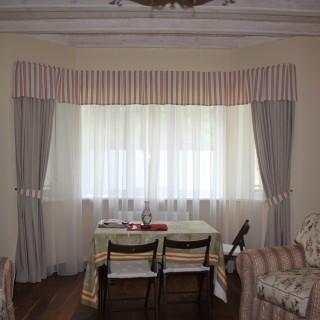 Гостиная Александра и Натальи. Сдержанные классические шторы с полоской.