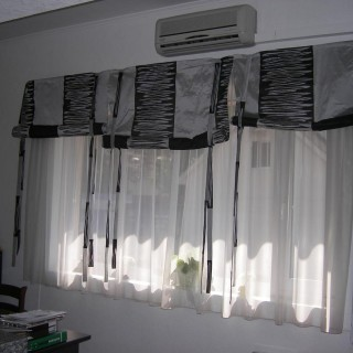 Три шторы в кухню с подвязками.