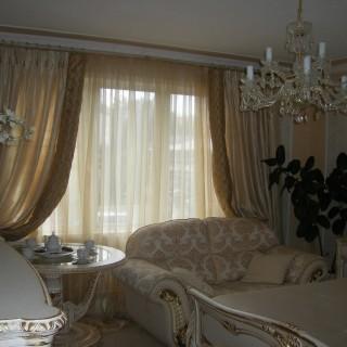 Классическая штора из золотистой ткани.