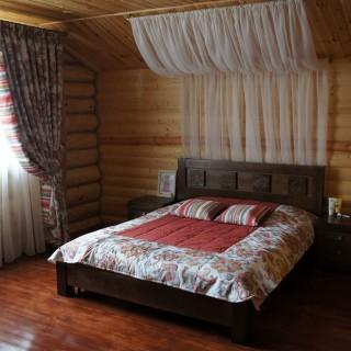 Пос. Хотежино. Балдахин из тюля и покрывало в стиле кантри. Спальня в деревянном доме.