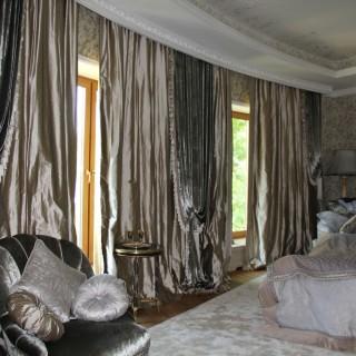 Шелк и бархат в роскошной спальне. Покрывала и подушки. Для классической резиденции.