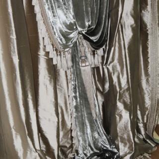 Шторы из роскошного бархата в сочетании с шелком. На подхватах. С кистями и бахромой.