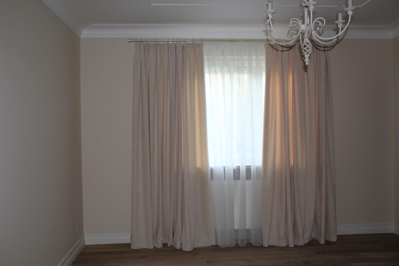 Светлая штора, из интерьерного плюша в спальню.