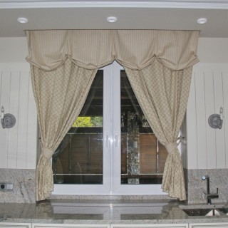 Маленькая, классическая штора над рабочей зоной кухни в дом, для Дмитрия.