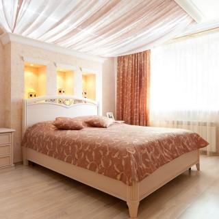 Потолок с подсветкой, из ткани, над кроватью в спальне.