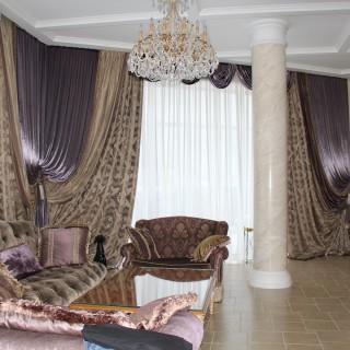 Тяжелые шторы каскадом, с ламбрекенами - свагами. Для резиденции.